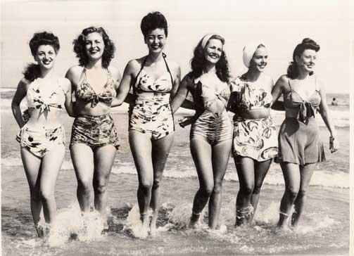 UTLØSTE RAMASKRIK:  I dag er det vel neppe noen som ville heve et øyenbryn over tekkelige badedrakter som disse, men for femti år siden skapte den første bikinien ramaskrik over hele den vestlige verden.