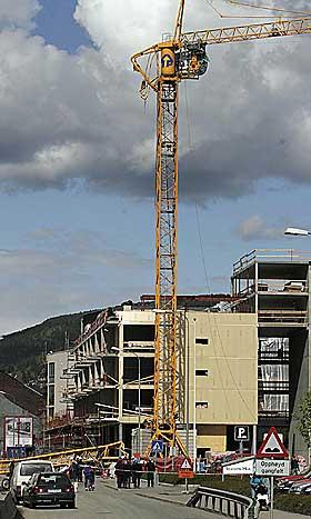 BYGGEKRAN:  Krana ble brukt under byggingen av et leilighetskompleks like ved politihuset i Drammen.