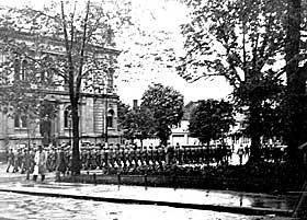 MASJERTE I TRONDHEIMS GATER: Hadde tyskerne f�tt det som de ville kunne Trondheim sentrum f�tt en tvillingby som var mange ganger st�rre. Her er tyske tropper utenfor sparebanken i Trondheim.