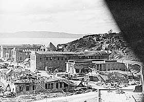 STORE �DELEGGELSER:  Amerikanske flyangrep mot tyske m�l f�rte til store �deleggelser p� bygninger ved havnen etter bombingen i 1943.