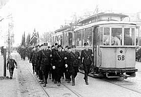 EN NY ESTETIKK: Her fra hirdm�nstring i Trondheim i 1941. Hirden marsjerer i trikkelinjen.