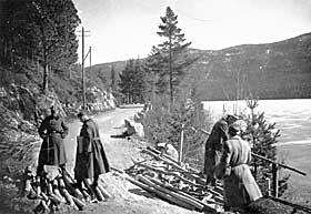 SATTE IGANG STORE BYGGEPROSJEKTER: Her ser tyske soldater p� utbedring av veien mellom Berk�k og Trondheim i 1940.