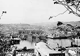 ALLIERT FLYANGREP: Den tyske ub�thavnen i Trondheim angrepet i 1943. Oversikt som viser �deleggelsene etter bombingen.