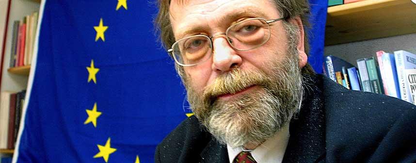 NORSK VERSJON:  Et stort flertall mener at Stortingets vedtak av EU-direktiver bryter med Grunnloven. Professor Frank Aarebrot ser dette i sammenheng med EU-motstanden i Frankrike og Nederland.