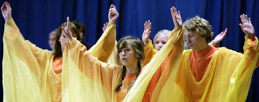 SOMMERAVSLUTNING: Steinerskolen beskyldes for å være en sekterisk menighet av lærere ved skolen. Her viser elever fra Steinerskolen i Stavanger sin avslutningsforestilling i bevegelseskunsten eurytmi.