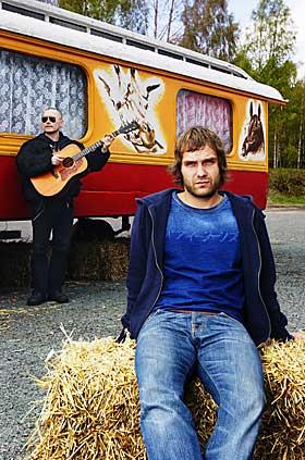 SAINT THOMAS: 22. august slipper han sitt femte album. Her med bassist Petter Pogo i bakgrunnen.