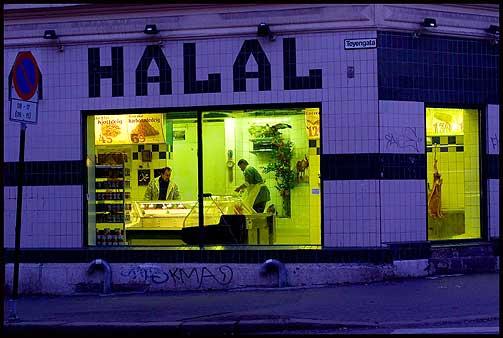 POPUL�RT PRODUKT: Ved halal-slakting leser en muslim velsignelse over dyrene f�r strupen skj�res over p� dem. Her fra en halal-slakter p� Gr�nland i Oslo.