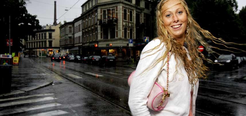 BYTUR:  Landslagsspiller Marit Fiane Christensen koste seg ute i et regnfylt Sommer-Oslo i g�r. Hun synes ikke det er like hyggelig at fordommene rundt fotballjentene fortsatt henger igjen.