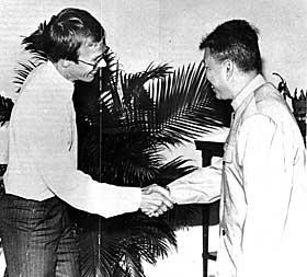 Bildebeviset:  P�l Steigan h�ndhilser p� en av verdens-historiens st�rste b�dler, Kambodsjas Pol Pot, i 1978.