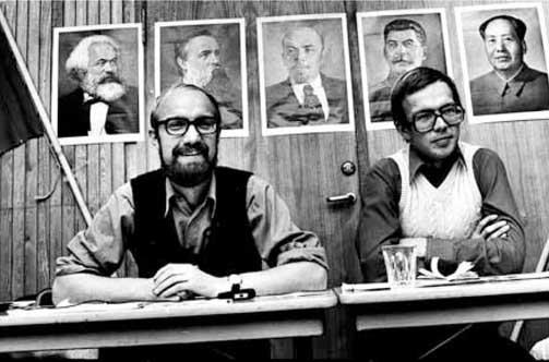 Internasjonale helter:  Sigurd Allern og P�l Steigan foran partiets helter i 1975: Marx (t.v.), Engels, Lenin, Stalin og Mao. Det var det �ret Allern m�tte vike plassen som partiformann for Steigan etter � ha erkjent �h�yreavvik�.