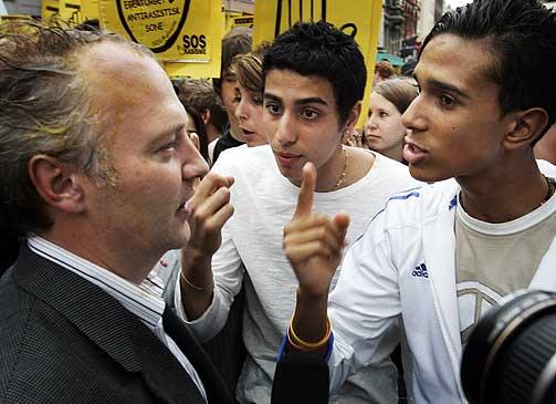 OPPHISSET DEBATT: Partileder Vidar Kleppe i Demokratene ble m�tt av illsinte eggekastende demonstranter da han skulle holde appell i Oslo i ettermiddag.