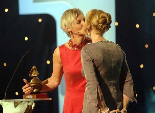 KLINTE TIL: Kulturministeren fikk sitt andre jentekyss på kort tid da Marit Åslein slo til under årets Amanda.