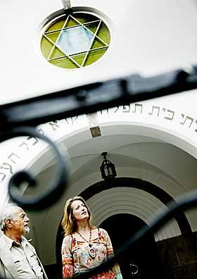 En j�disk arv:  -  Jeg tror ikke p� Gud, men jeg ber til Ham n�r jeg er redd, sier Berthold som f�ler seg sterkt knyttet til det j�diske. Ved synagogen i Oslo foresl�r vaktmesteren at de m� vise filmen og at Berthold m� komme og holde foredrag en kveld.