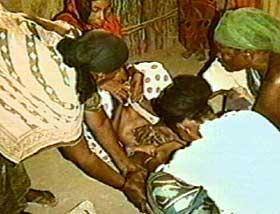 M� HOLDES NEDE MED MAKT: Jentene omskj�res fra de er babyer opp til 20-�rsalderen. Det er i mange land helt n�dvendig for at jenta noen gang skal kunne giftes bort.