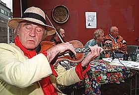 PARTI MED MEDIATEKKE: I 1995 stilte ogs� Samfunnspartiet til valg. Kunstneren Ludvig Eikaas var ordf�rerkandidat i Oslo for Samfunnspartiet. Han spiller Bj�lvesl�tten p� hardingfele under da Samfunnspartiet innledet valgkampen. I bakgrunnen fra venstre: �ystein Meier, Tor Erling Staff og Per Martin Bj�rung.