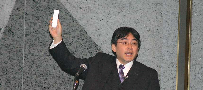 H�NDHOLDT: Her viser Nintendo-president Saturo Iwata fram spillkontrolleren han mener vil revolusjonere m�ten vi spiller spill p�.