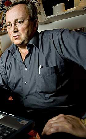 KRITIKER: Jagerfly-teorien og beskyldningene om en storstilt dekkoperasjon har v�rt drevet fram av blant andre Ulf Larsstuvold. Han har jobbet med ovedfagsoppgave i historie p� disse teoriene. Han var ogs� hovedresearcher for NRK Brennpunkt da de laget dokumentar om ulykken i 2002, og ble k�ret til �rets nordlending p� grunn av �avsl�ringene�.