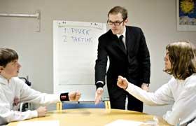 TAKTIKKMØTE:  Geir Arne Brevik instruerer landslagsgutta i taktikk før VM i stein, saks og papir.