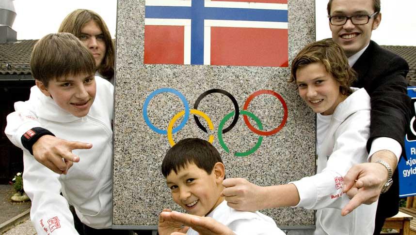 LANDSLAGET:  Disse skal representere Norge i VM: Fra venstre Vytautas Hermansen (12), Stian Berg Gjermstad (17), Simen Wang (9), Sigurd Kurdøl (15) og spillende trener Geir Arne Brevik (25). Foto: Tore Bergsaker