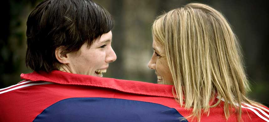 LYKKELIGE SOM TO: Katja Nyberg (t.v.) og Gro Hammerseng har lenge jobbet godt sammen p� banen for Norges landslag, her er de sammen under EM i fjor.