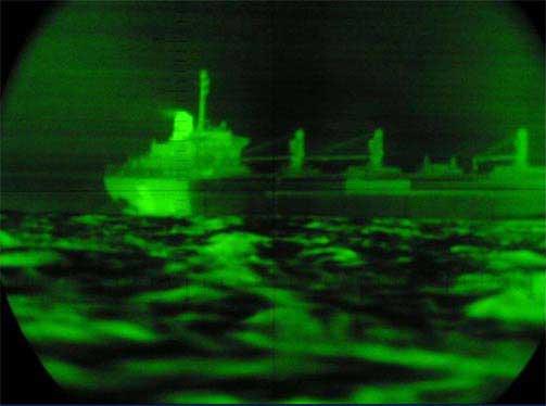 NATTOPPDRAG: Ubåtpersonellet jobber også om natten. Her holdes et mistenkelig fartøy under oppsikt.