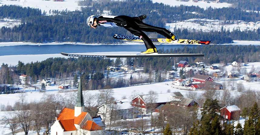 FLYR LANGT: Slik så det ut da Olav Magne Dønnem satte ny bakkerekord i Vikersund med 214 meter i 2004.