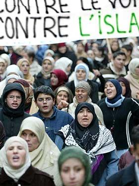 ST�TTER FORBUD Ni putes ni soumises st�tter det franske forbudet mot bruk av hijab i skolen. Forbudet skapte sterke reaksjoner i 2004.