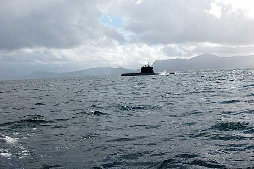 KNM UTVÆR: En av de seks norske ubåtene tar imot besøk. Men reglene er strenge. En prests skjebne er å aldri få lov til å komme om bord, om han ikke er sjømannsprest da. Kommer han i sjøstøvler med avskårne blomter kan han bare glemme det.