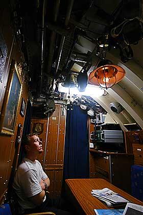STRAFFEN I TAKET: Menig Flaa fra Kristiansand har ringt to ganger i skipsklokka i l�pet av tida p� KNM Utv�r. Han tjener 3200 i m�neden, og m� v�re forsiktig med denslags. Et bjellering f�rer til messebot.