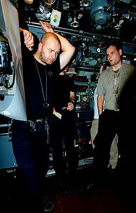 TANKER OM MÅLFARTØY: I kontrollrommet er ubåtsjef Ruben Grepne-Takle tankefull sammen med ubåtsjeflærling Nils Nordstrand, som allerede har fem år på utbåt bak seg.