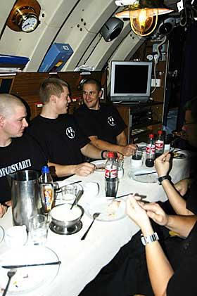 MIDDAG: Full gjennomgang av ubåtreglementet til dessert. Alle om bord er opptatt av reglene.