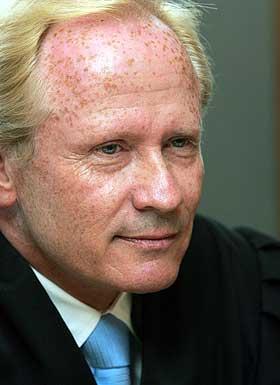 - FIKK SOM FORTJENT: - Min klient ble hundset av ledelsen i HEF, og det har de f�tt en smekk for, sier Arne Tumyrs advokat Per Danielsen.