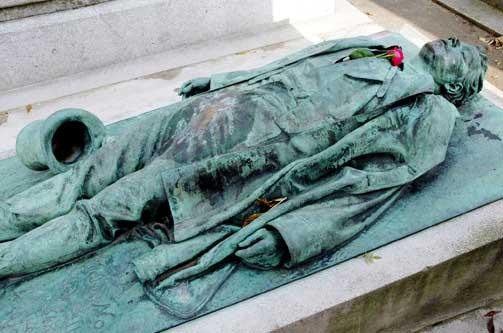 SLIK D�DE HAN: Victor Noir ble skutt i en krangel. Det er den oppsiktsvekkende bulen i underlivet som har gjort statuen til en av de mest popul�re p� P�re Lachaise-kirkeg�rden i Paris. Opphavet til bulen er ukjent, n� er den blankpolert.