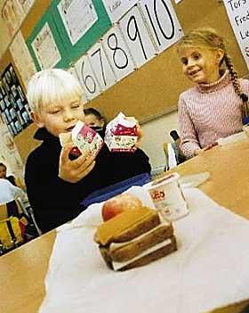 KOSTER MER: Etter regjeringens nye budsjett vil prisen p� skolemelk �ke med rundt 25 prosent fra nytt�r. Samtidig har Kristin Halvorsen lovet gratis skolemat.