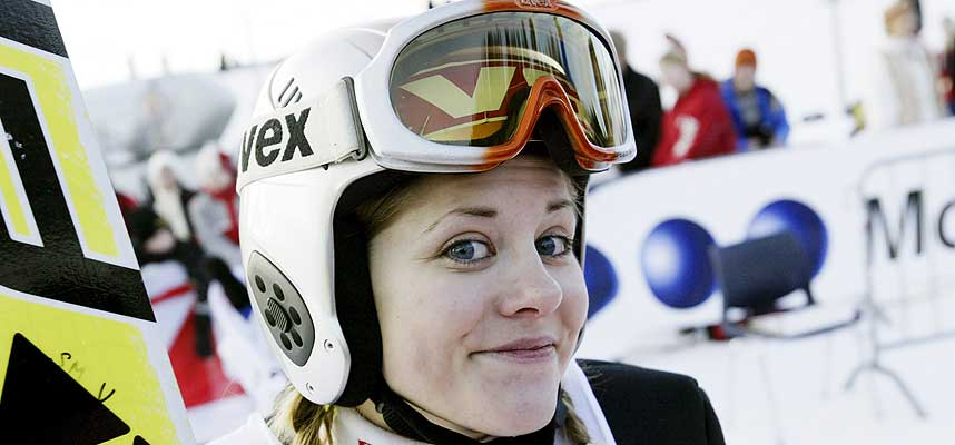 P� BAKKEN: Hoppjentene er ikke mange og gode nok til � slippe til i storbakkene, mener FIS. Anette Sagen og noen til er unntakene.