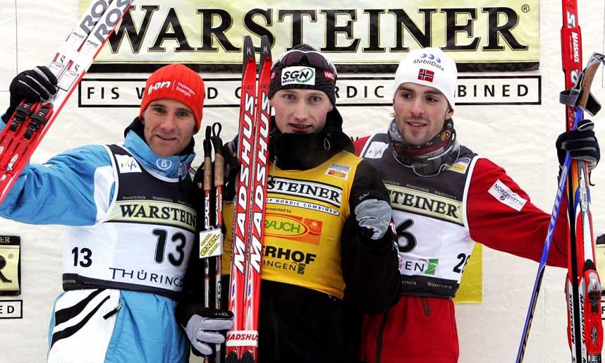 PÅ PALLEN: Grunnet dårlig hopping måtte Magnus Moan (t.h.) nøye seg med tredjeplassen i Oberhof i går. Verdenscupleder finske Hannu Manninen spurtslo tyske Ronny Ackermann.