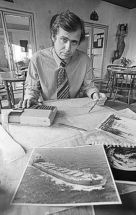 LETTE P� NYTT:Ved hjelp av datamaskin, som beregner hastighet, vind og str�m kom man fram til aktuelle leteomr�der etter Berge Vanga. Oceanograf Jan-Olaf Willums holder her p� med beregninger ved hjelp av datamaskin.
