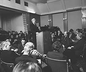 �VERLAND I STUDENTERSAMFUNDET: Arnulf �verland ble tiltalt for blasfemi etter en tale i 1931. Han ble frikjent i retten etter � ha forsvart seg selv.