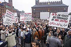 K�BENHAVN: Rundt 2000 muslimer samlet seg til protest p� R�dhusplassen i oktober i fjor.