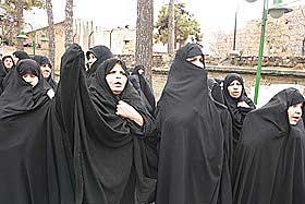 FRUSTRERTE: De demonstrerende kvinnene føler seg maktesløse overfor Vesten. - De diskriminerer og krenker oss. Vi finner oss ikke i at profeten Muhammad karikeres. Derfor er vi her i dag, sier flere.