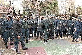 AVSLAPPET POLITI: Det iranske opprørspolitiet hadde det ikke travelt foran Danmarks ambassadeområde i Teheran i dag. De stod stille og så demonstrantene rope Danmark ut av Iran. Etter at demonstrasjonen var over, smilte og blunket de til Dagbladet.nos reporter.