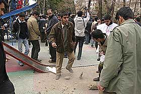KNUSER STEINER: Disse ungguttene knuste store stein til små før de kastet dem over ambassademuren.