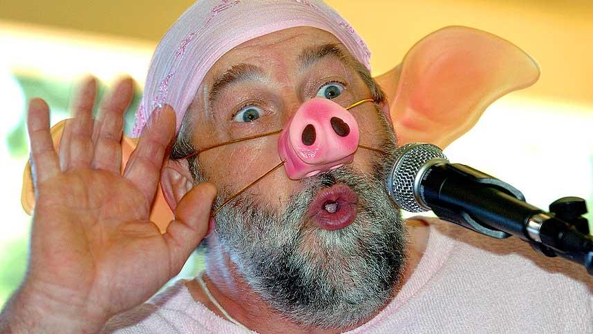 BARE EN BOKSTAV FEIL: Denne deltakeren i en fransk grisehylkonkurranse heter i virkeligheten Jacques Marrot. Han er bilmekaniker, og det dreier seg altså ikke om EU-kommisær Jacques Barrot eller profetharselas.