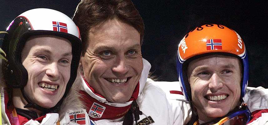 STOLT TRENER: Mika Kojonkoski sammen med sine medaljører Lars Bystøl og Roar Ljøkelsøy.