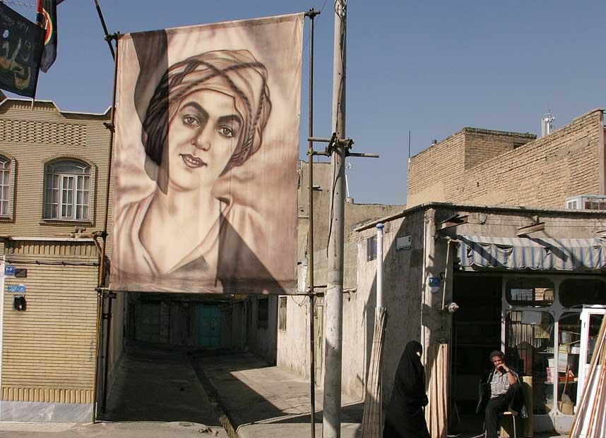 STOR: I en trang gate i den s�rlige delen av Teheran henger et stort lerret av muslimenes hellige profet Muhammad. - Vi hedrer og �rer Muhammad og synes det er fint � ha ham hengende i hjemmene v�re, sier Dagbladet.nos taxisj�f�r i Iran.