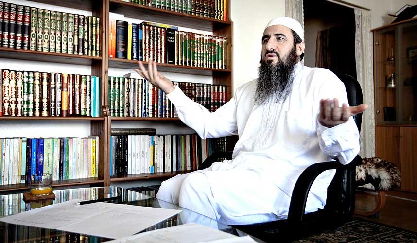 HJEMME HOS KREKAR:  Den ene veggen i stua er dekket med b�ker. I et hj�rne st�r datamaskinen som mulla Krekar bruker til � sende ut sine artikler og kommunisere med trosfeller over hele verden. -  M�let er islamsk makt i en islamsk stat, sier Krekar.