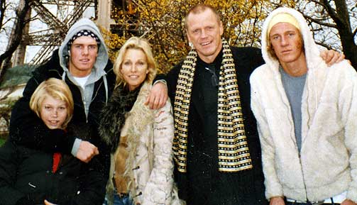 Storfamilien:  Fra venstre: Alexander, Nicolas, Anette, Jan-Eric og Cristopher i Paris i fjor.