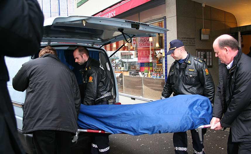 DREPT: Liket av Stein Sjaastad fraktes ut fra bygningen i Oslo sentrum i 17-tida.