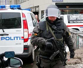 ÅSTEDET: Væpnet politi utenfor bygningen der Stein Sjaastad hadde legekontor.