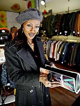Gullfunn:  -  Du er enig i at den er verdt1 000 kroner, vel? Saunet Sparell holder overbevisende fram Vogue-veska hun bare måtte kjøpe.